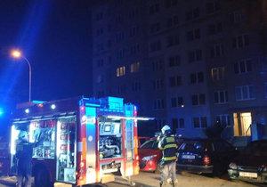 Hasiči v noci zasahovali v Řepích. Úplně tam vyhořel jeden z bytů panelového domu.