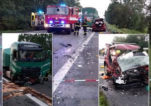 Po srážce kamionu u Sudoměřic a osobního auta zemřeli dva dospělí a dvě děti, páté dítě je vážně zraněné.