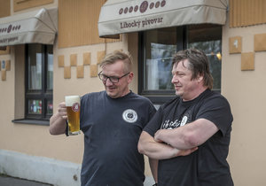 David Pátek (vpravo) založil Libocký pivovar v roce 2013. Aby nebyl na vše sám, začal mu v jeho provozu pomáhat i mladší bratr Jan. Ochrannou ruku pak nad nimi drží zdejší strašidlo Chrudoš, které ale umí být pěkně náladové.