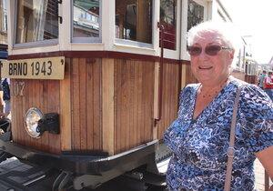 Oživila vzpomínky na smrt: Po 70 letech opět nastoupila do tramvaje, ve které málem uhořela