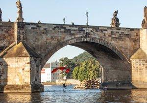 Pod Karlovým mostem proletěli dva parašutisté.