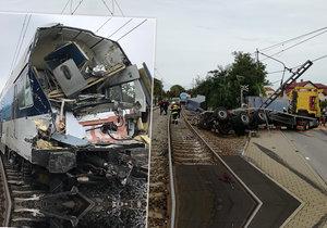 Vlak v Uhříněvsi smetl na přejezdu nákladní auto, 6. září 2019.