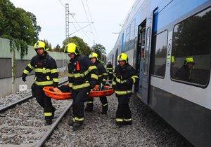 Komplikace na kolejích: Vlak v Dobřichovicích srazil člověka, na místě zemřel