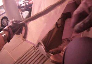 Kuriózním způsobem se pokusil přečkat muž (55) deštivé odpoledne v Brně. Mezi cestujícími čekajícími na nástupním ostrůvku autobusového nádraží si postavil stan, zalezl do něj a uložil se k spánku.
