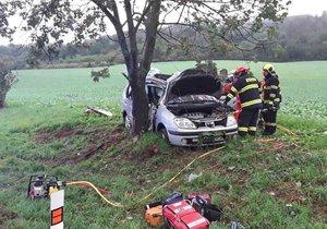 Řidič (19) se vyboural se čtyřmi dětmi na Blanensku: Všichni jsou zranění po nárazu do stromu