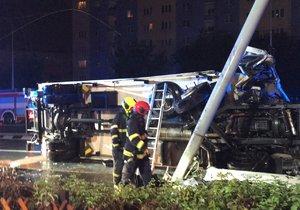 Ve Švehlově ulici v Praze došlo k převrácení kamionu.