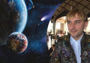 Neil Harbisson je kyborg, který mění pohled na smysly. Umí poslouchat i barvy vesmíru.