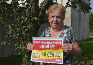 Růžena Slavíková s výherním šekem na 10 tisíc korun