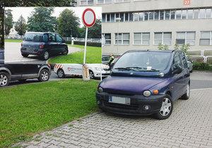 Řidič zaparkoval auto na heliportu u nemocnice: Parkoviště bylo prý plné