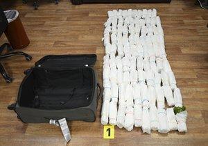 Kufr napěchovaný drogami! Pašerák převážel 40 kg katy, v Praze ho chytli celníci