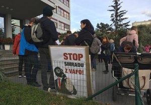 Demonstrace proti zápachu z výroby psích granulí na západě Prahy
