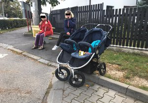 V Horoměřicích srazilo auto chodce s kočárkem se dvěma dětmi.