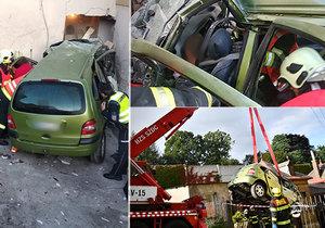 Řidič sjel ze silnice a naboural do domu! Z auta ho museli vyprostit.