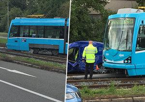 V Ostravě došlo ke strážce tramvaje s autem: Dva lidé jsou zraněni