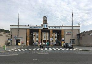 Thomayerova nemocnice není v dobrém stavu. Čekají ji opravy i výstavba nového centrálního příjmu v celkové hodnotě 3 miliard korun.