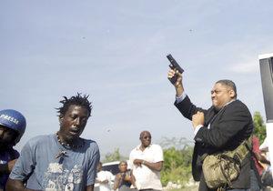 Senátor střílel před parlamentem na Haiti, zraněný je i fotograf.