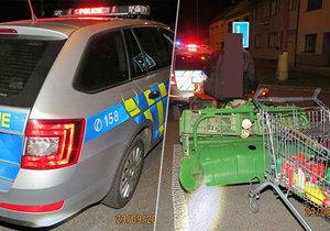 Opilec v traktoru za sebou vlekl nákupní vozík: Nakonec zastavil o policejní vůz