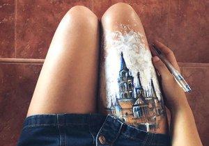 Mladá Španělka používá tělo místo skicáku. Na ruce a nohy kresní náčrty slavných staveb