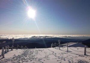 Pravá zima na Sněžce. V neděli na ní leželo několik centimetrů sněhu, který držel díky šestistupňovému mrazu.