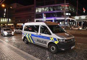 Policie před obchodním centrem na Chodově