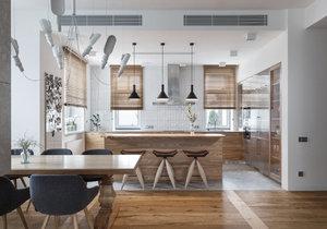 Rodinný dům s nadčasovým designem zdobí dřevo, kámen a nerez