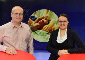 Lékař Tomáš Fait z Gynekologicko-porodnické kliniky Fakultní nemocnice Motol v Praze byl hostem pořadu Epicentrum vysílaného dne 15.10.2019. Vpravo moderátorka Andrea Ulagová.