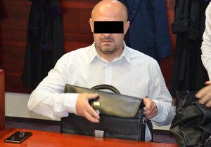 Čtyřletý kriminál hrozí učiteli Samueli C. (43) z Ostravska. Při jeho hodině se těžce zranila dívka pádem ze žíněnky.