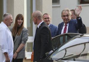 Miloš Zeman nastoupil 17. 10. 2019 znovu do nemocnice. Na čtyři dny. Doprovodila ho dcera Kateřina.