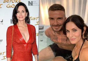 Courteney Cox dováděla ve vířivce s Davidem Beckhamem... ale kde to má tu ruku?!