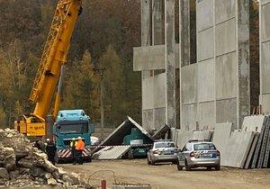 Neštěstí na stavbě v Buštěhradu: Dělníka zavalila betonová zeď! Vážně se zranil