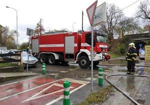 U Libeňského mostu hořel 13. listopadu karavan.