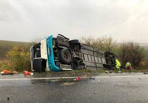 70 dětí v nebezpečí: Na Lounsku se převrátil patrový autobus (ilustrační foto)
