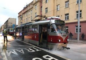 Na zastávce Maniny začala hořet tramvaj. Zasáhnout museli hasiči.