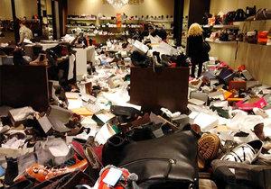 Spoušť v prodejně obuvi v brněnské Olympii. Nakupující ženy vzaly kvůli slevám prodejnu útokem.