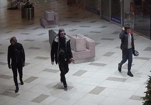 Čtyři zloději ukradli v Letňanech náplně do elektronických cigaret.