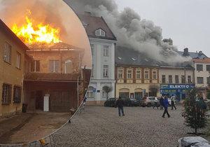 Ohnivé peklo ve Dvoře Králové: V historickém centru hoří střecha domu