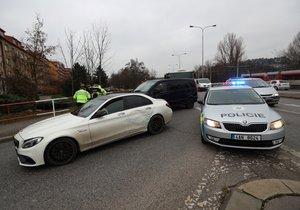 V Branické ulici zastavili policisté kradené auto, řidič z něj utekl.