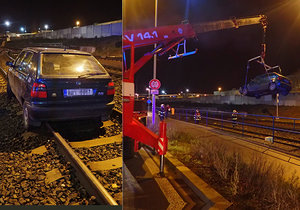 Řidič si spletl koleje a silnici: Auto musel vyprostit jeřáb