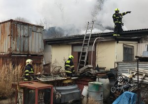 V Uhříněvsi hořela střecha dřevařského závodu! Hasiči vynesli tlakové lahve