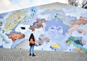 Zeď na Vltavské oživila velkoplošná malba tvůrčího tandemu Pavla Duška a Josefa Šmída.