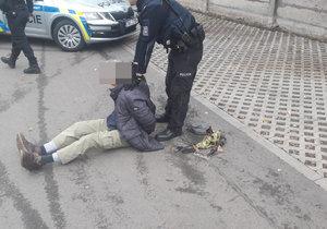 Neurvalec kašlal na zastávce MHD v Plzni: Po napomenutí vyhrožoval pistolí