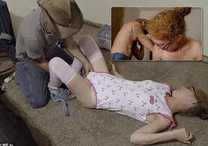 Míša se ráda chová jako miminko. Manžel ji v tom podporuje.
