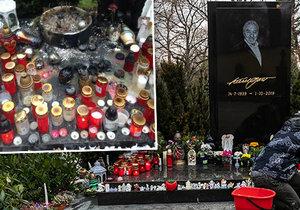 Spoušť na hrobě Karla Gotta (†80), okupovaném bez ustání jeho fanoušky: Už tam i hořelo!
