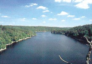 Dalešická přehrada patří mezi oblíbená místa na koupání