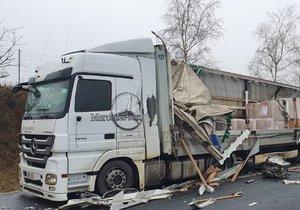 Velká nehoda na dálnici D8: Srazily se dva náklaďáky