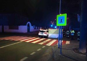 Smrt na přechodu v Kladně: Auto srazilo muže, nepodařilo se ho oživit