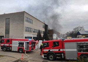 Pražští hasiči zasahovali u požáru v barrandovském filmovém ateliéru. Z objektu museli evakuovat pět osob.