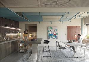 Střídmý industriální interiér ožují akcenty v pastelových barvách a drobné dekorace
