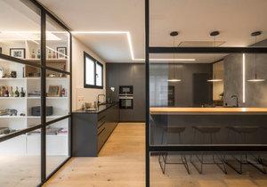 Architektce se podařilo apartmán prosvětlit pomocí sklěněných stěn a posuvných dvěří