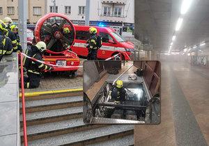 V metru Kobylisy hořel eskalátor, stanici museli hasiči odvětrat.
